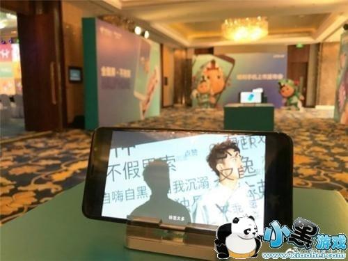 """海信哈利手机由海信和中国电信联合打造,口号""""全面屏,不拘束"""",主打"""