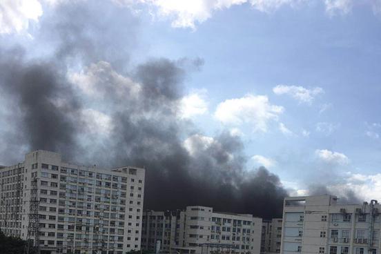 比亚迪厂房起火:深圳比亚迪一厂房突发起火,现场浓烟滚滚无人员伤亡