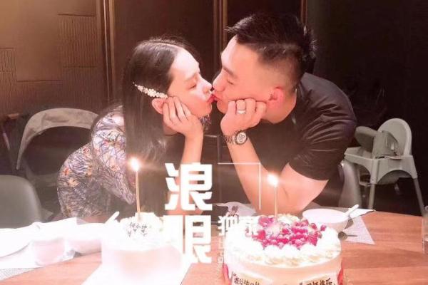 张馨予晒照为老公何捷庆生,即是生日也是结婚一周年