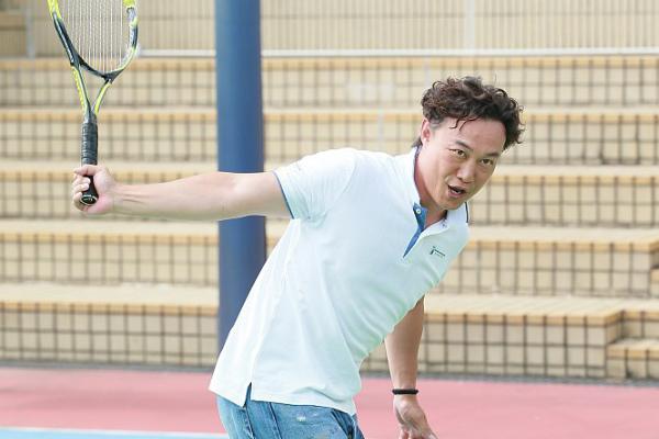 陈奕迅打网球发际线抢镜,表情浮夸变表情包