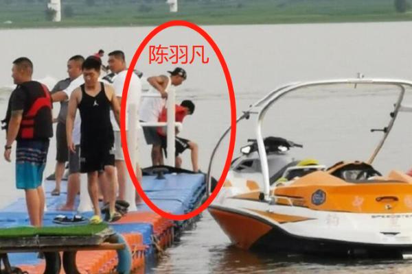 陈羽凡带儿子出游:父子二人一起乘水上摩托,互动趣味十足